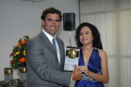 Leur Jr. entrega premio a Lilian